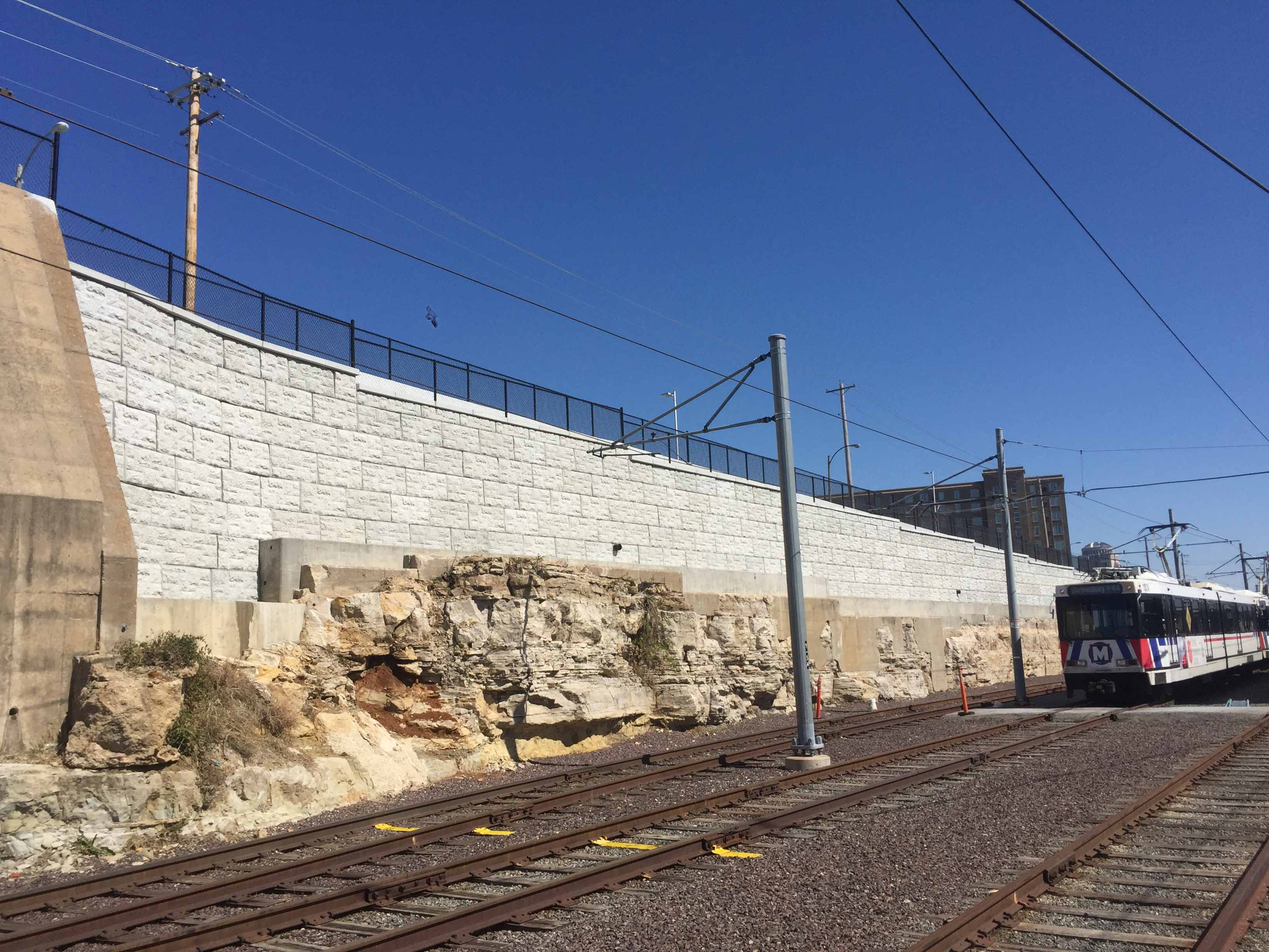 MaxumStone castle face retaining wall in st louis missouri for metro rail