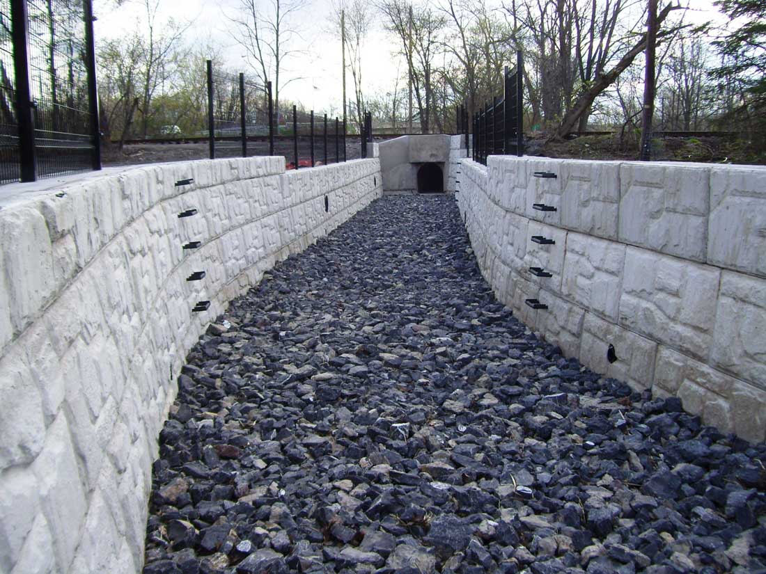MaxumStone Block Retaining Wall Field Face Storm Water