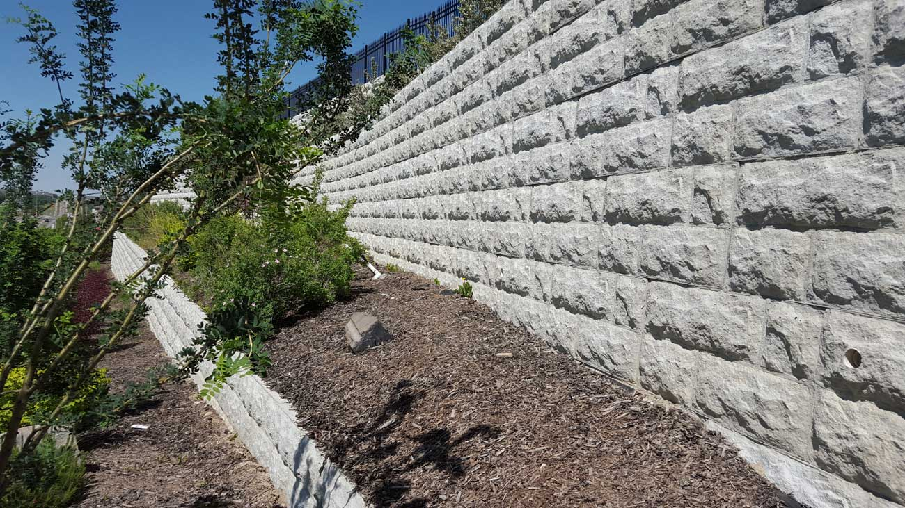 MaxumStone Block Retaining Wall Random Boulder Face With Mulch