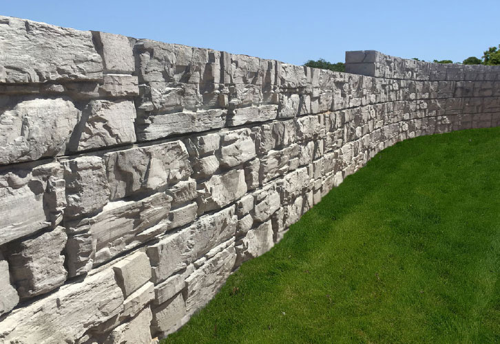 Curved MaxumStone Retaining Wall showcasing it's LedgeFace Texture