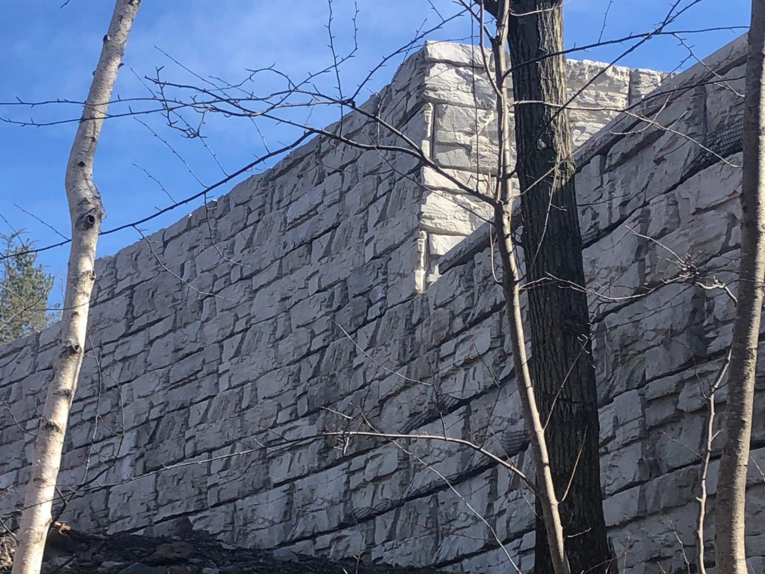 Tall MaxumStone Ledge Face Retaining wall with corners